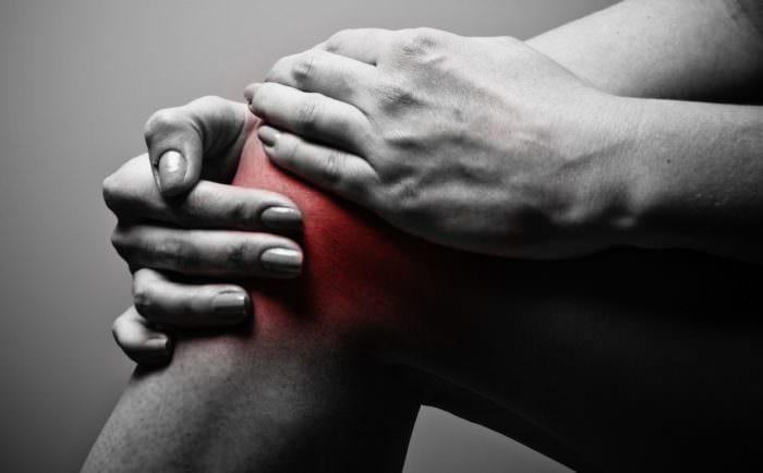 Тянет левую ногу от ягодицы до колена