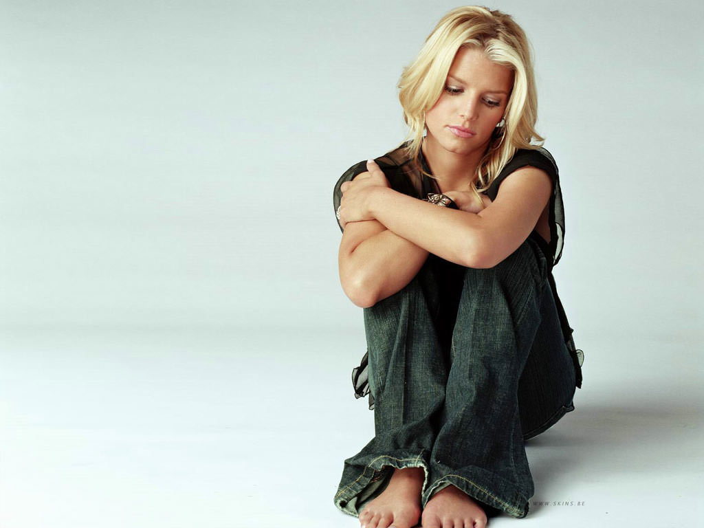 Мери сидела на своей постели скрестив на коленях руки