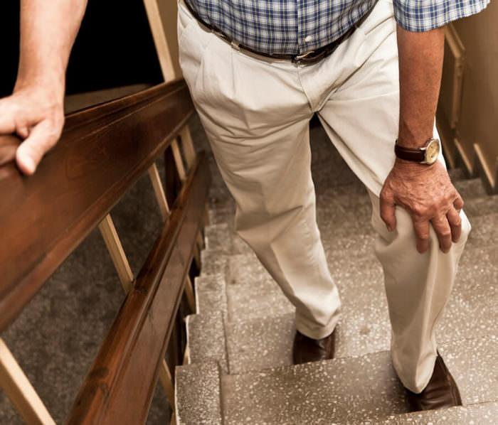 Боль в колене при ходьбе по лестнице: почему болит при подъеме или спуске, лечение