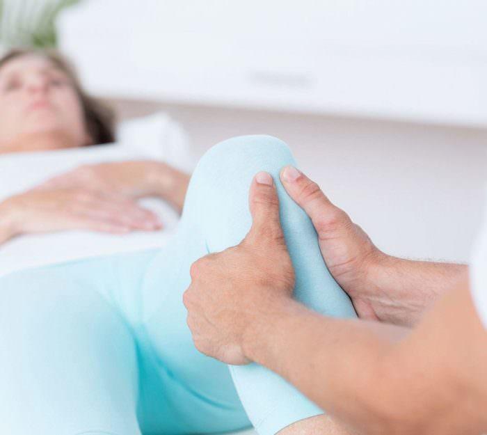При разгибании ноги болит под коленом сзади