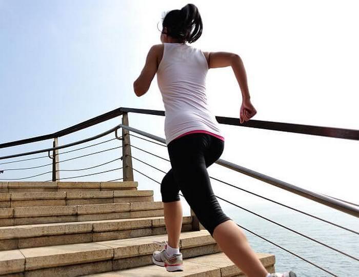 Девушка подымается по лестнице