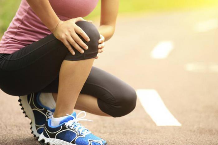 Почему раздается хруст в коленях при сгибании и приседаниях