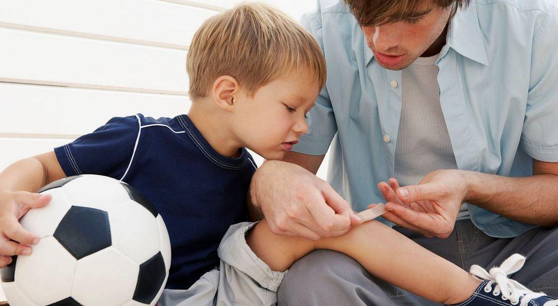 Чем и как лечить разбитое колено в домашних условиях