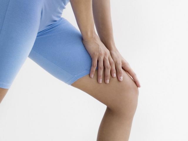 Почему хрустит колено при сгибании? Причины и лечение